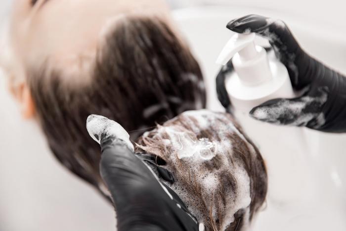 Mytí vlasů je důležité. Ještě důležitější je správný šampón.