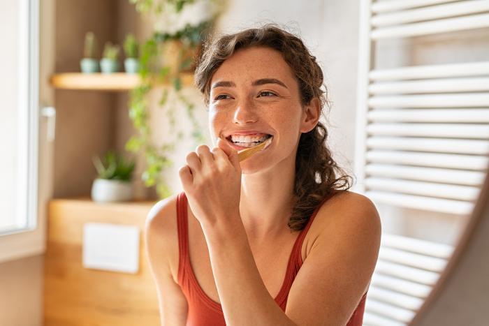 Bělení zubů přírodní cestou je nenáročné.