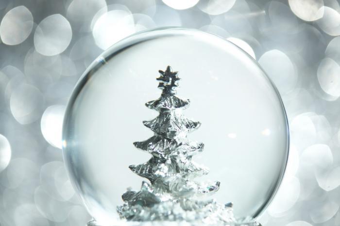 Vánoční stromek nesmí chybět, nemusíš ho ale zdobit kýčovitými ozdobami.