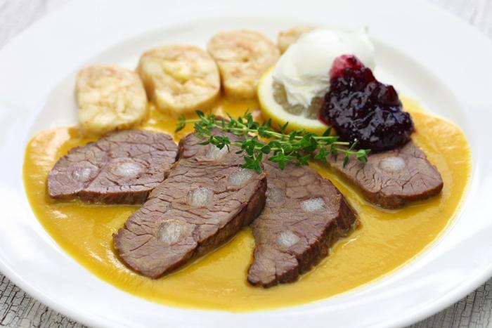 Svíčková na smetaně je oblíbeným českým pokrmem.