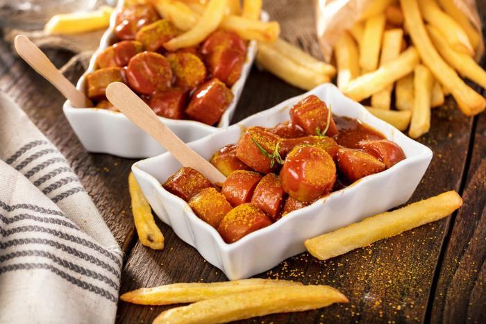Currywurst je v Německu velmi oblíbený a seženeš ho napříč celou zemí.