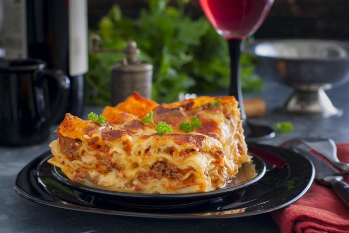 Lasagne jsou těstovinové pláty prokládané masem nebo špenátem.