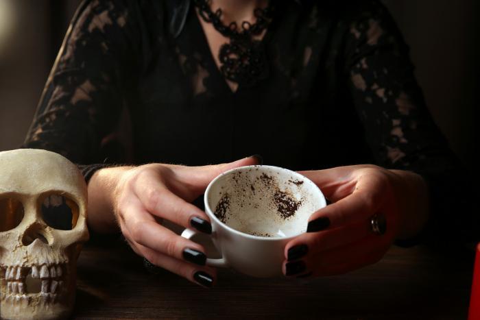 Další možností věštění je věštění z kávové sedliny.