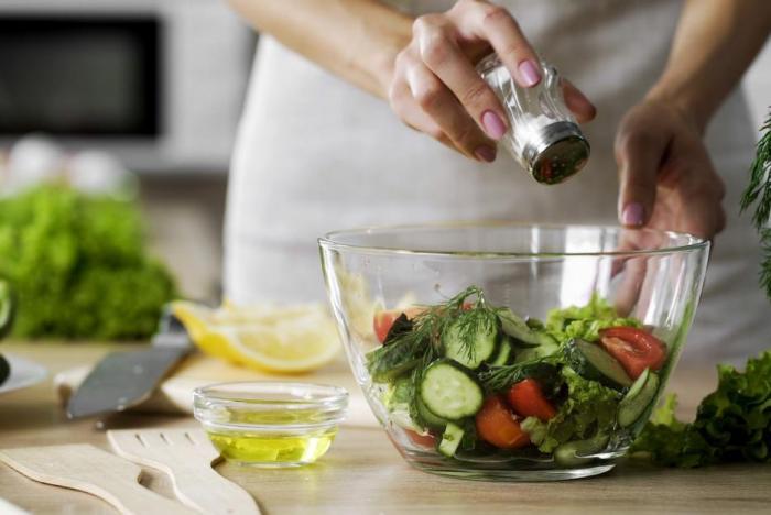 Asi 75 % soli přijímáme z průmyslově vyráběných potravin.