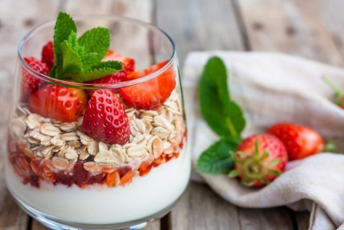 Jogurt s jahodami? Nejlepší je kvalitní bílý a vlastní jahody.