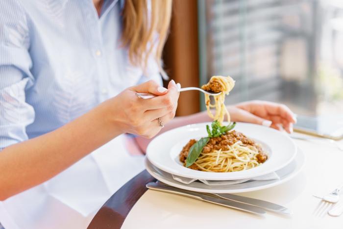 Oběd by měl být pestrý jako snídaně - obsahovat by měl bílkoviny, sacharidy i tuky.