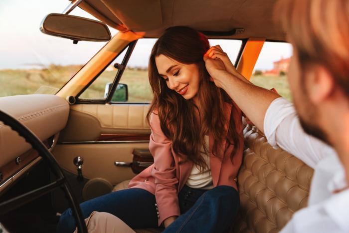 Plachý muž se v přítomnosti ženy, která se mu líbí, může chovat divně.
