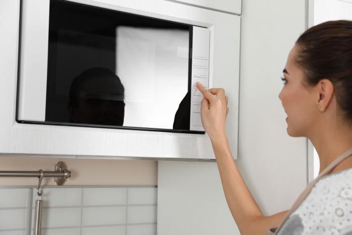 Mikrovlnka se hodí na ohřívání i rozmrazení potravin.