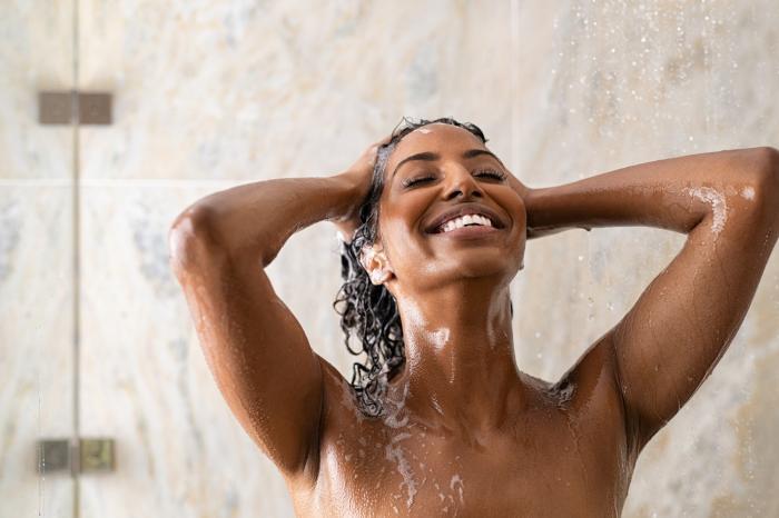 Sprchovat se několikrát denně je podle odborníků úplně špatně.