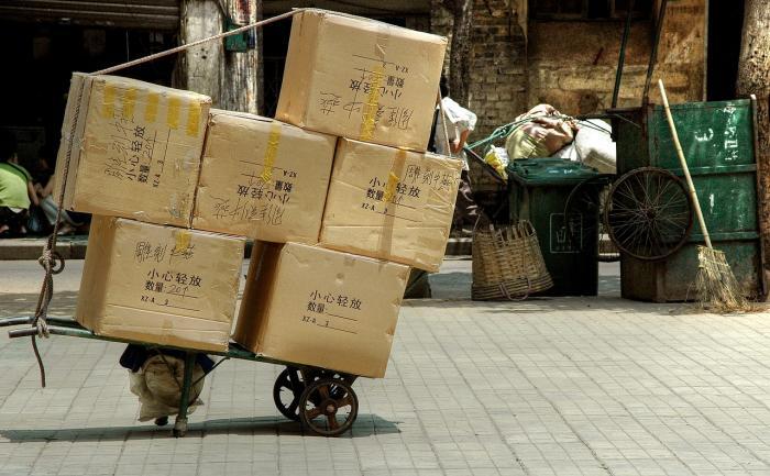 Klidně si dál objednávej. Koronavirus na tebe v balíčku z Číny nečíhá.
