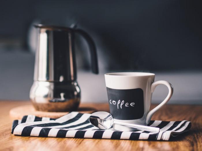 Příprava kávy v moka konvičce je snadná a rychlá.