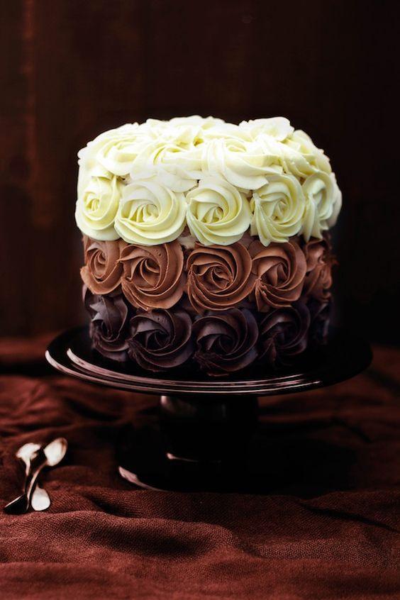 Vícebarevné a vícečokoládové dorty jsou in.
