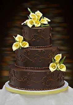 Tmavý čokoládový dort je krásný, když je ozdobený světlými prvky.