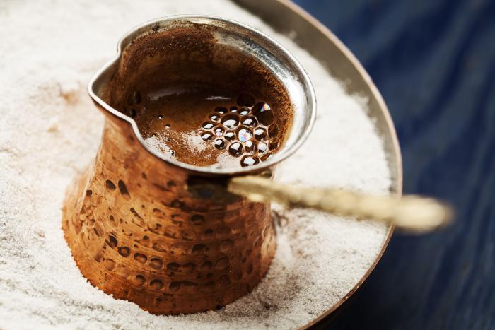 Příprava kávy může být jednoduchá a zároveň může vzniknout nápoj mnohem lepší než instantní káva.