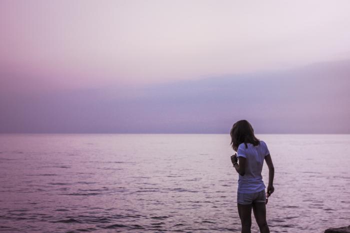 Žena na pláži jde do vody