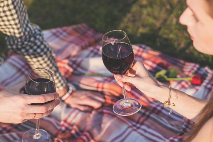 Víno podle všeho navozuje dobrou náladu.