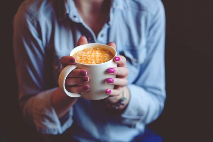 Káva podle jedné skupiny odborníků škodí lidem s vysokým tlakem, podle druhé skupiny však nikoli.