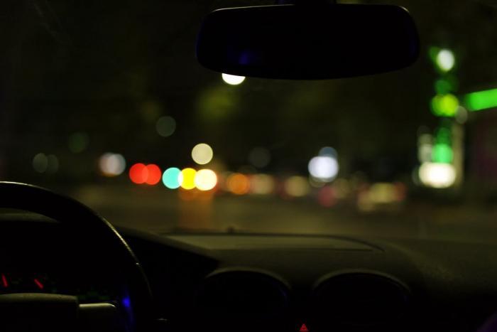 Řídit za tmy vyžaduje pořádný trénink.