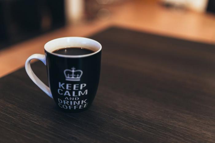 Pití kávy pomáhá při hubnutí.