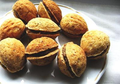 Plněné ořechy plníme ořechovým krémem a můžeme je i namočit do čokolády.