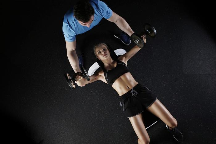 Posilování s trenérem je efektivnější, zvlášť ze začátku.