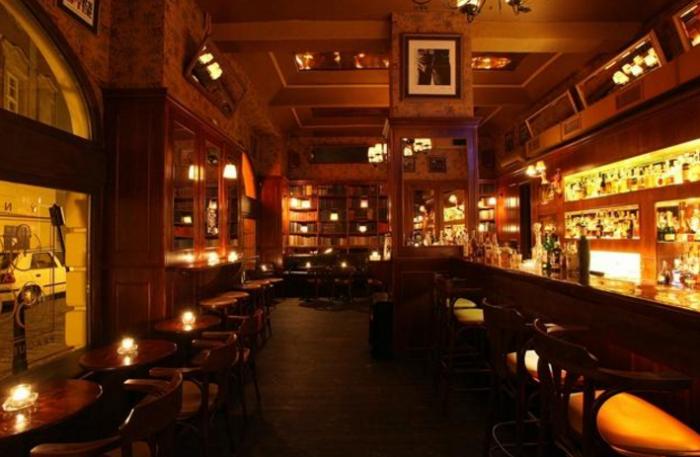 Jednou z možností, kde se dobře pobavit, je Týnská Bar and Books.
